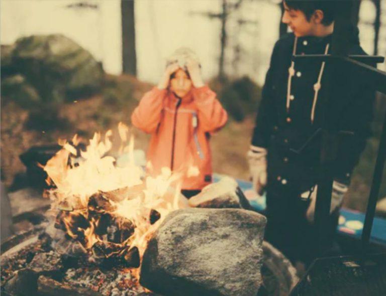 feu de bois enfant camping